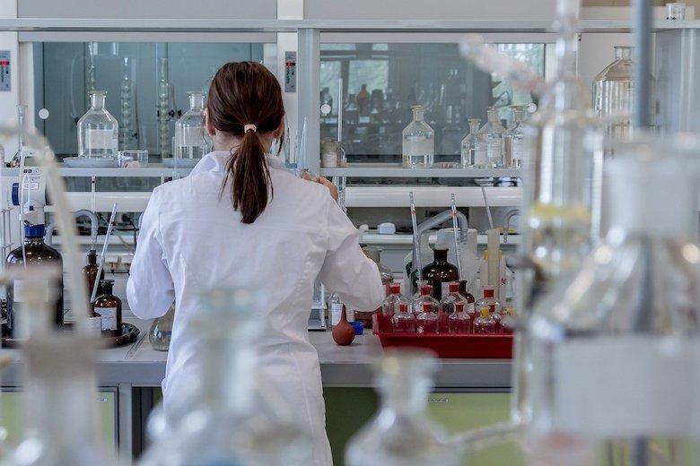 Takmer tretina Američanov verí, že koronavírus vznikol v laboratóriu. Najviac hispánci