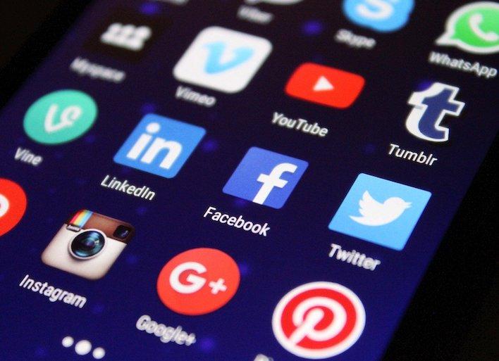 Islamský štát stále zaplavuje Facebook propagandou. Čiarkami prekabátili algoritmy aj odborníkov