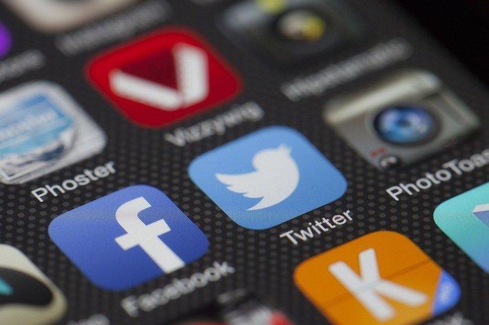 Twitter sprísnil pravidlá v čase amerických prezidentských volieb